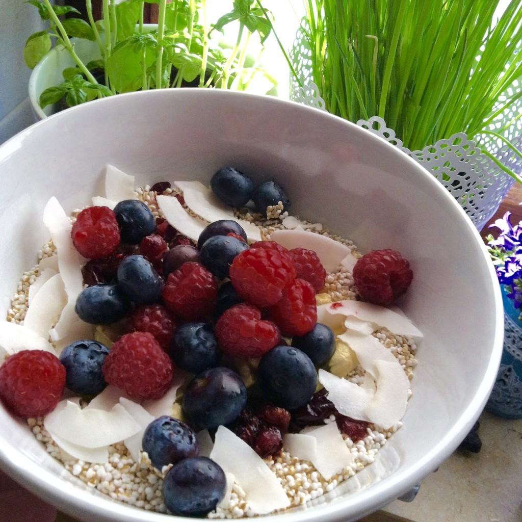 Griechischer Joghurt, frische Beeren, Granatapfelkerne, Cashewkerne, Kokoschips und ein wenig Amaranth