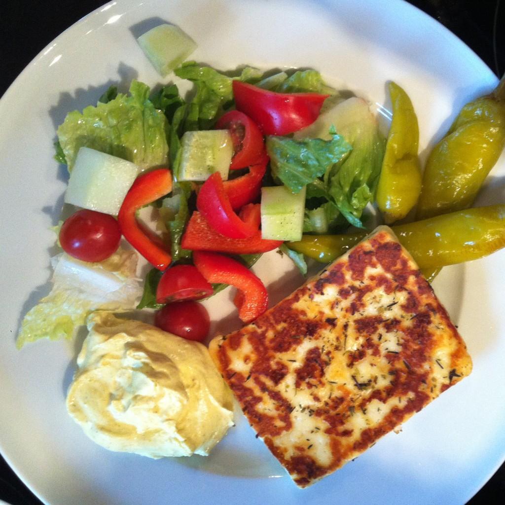 Salat, Pepperonis, Halloumi, Schmand (mit Salz und Currypulver angemacht)