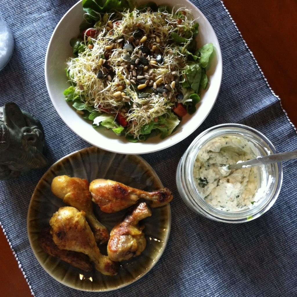 Hähnchenschlegel, Kräuterquark, Salat mit vielen Sprossen und Kernen