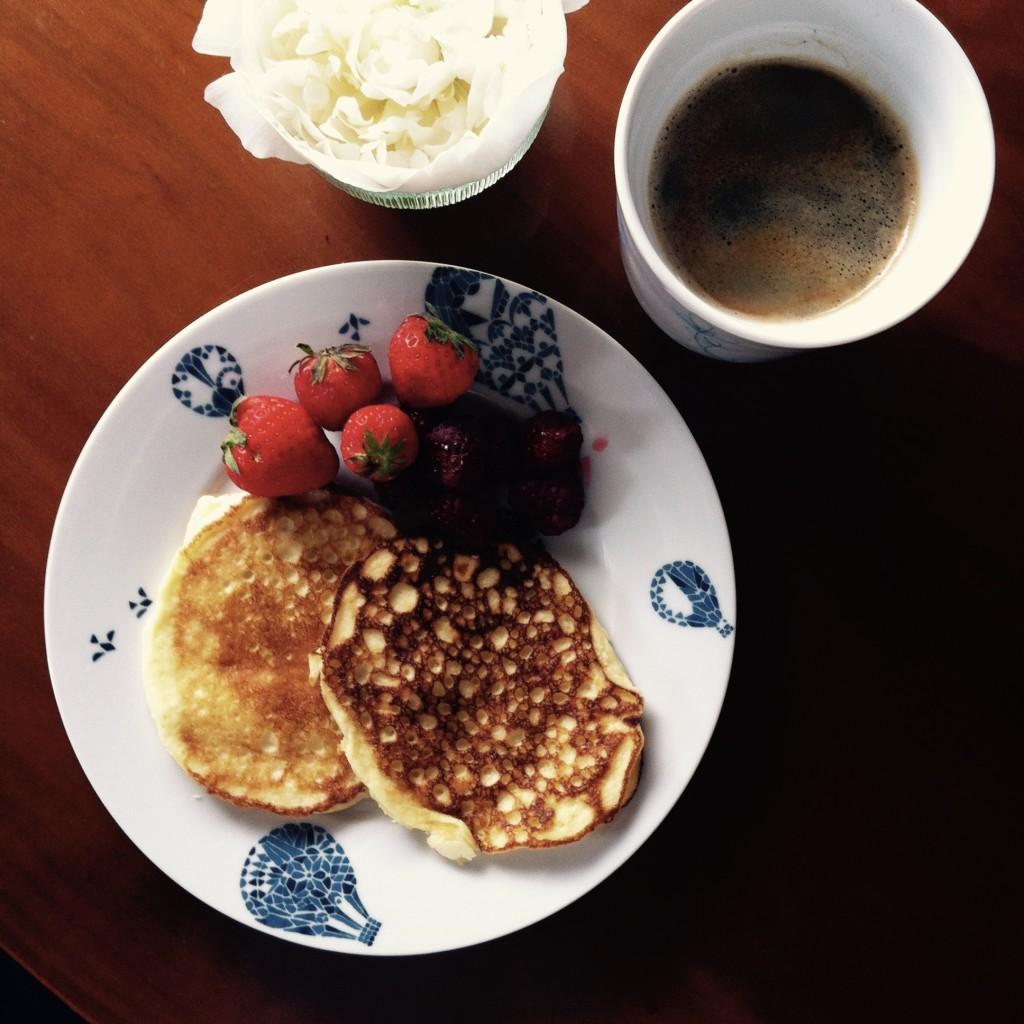 """selbstgemachte """"Pancakes"""" aus Ei, Schmand und Kokosnussmehl"""