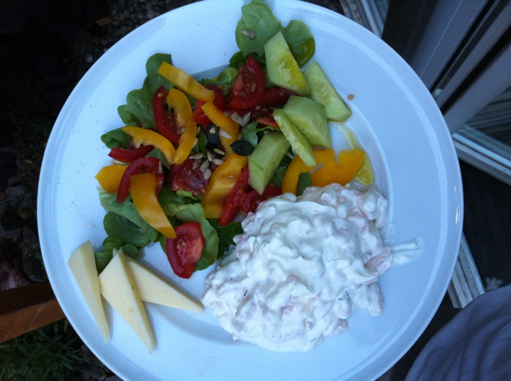 Salat, Käse, dazu selbst gemachter räksallad - Shrimps, Mayonnaise, Dill, Zitronensaft, Creme fraîche