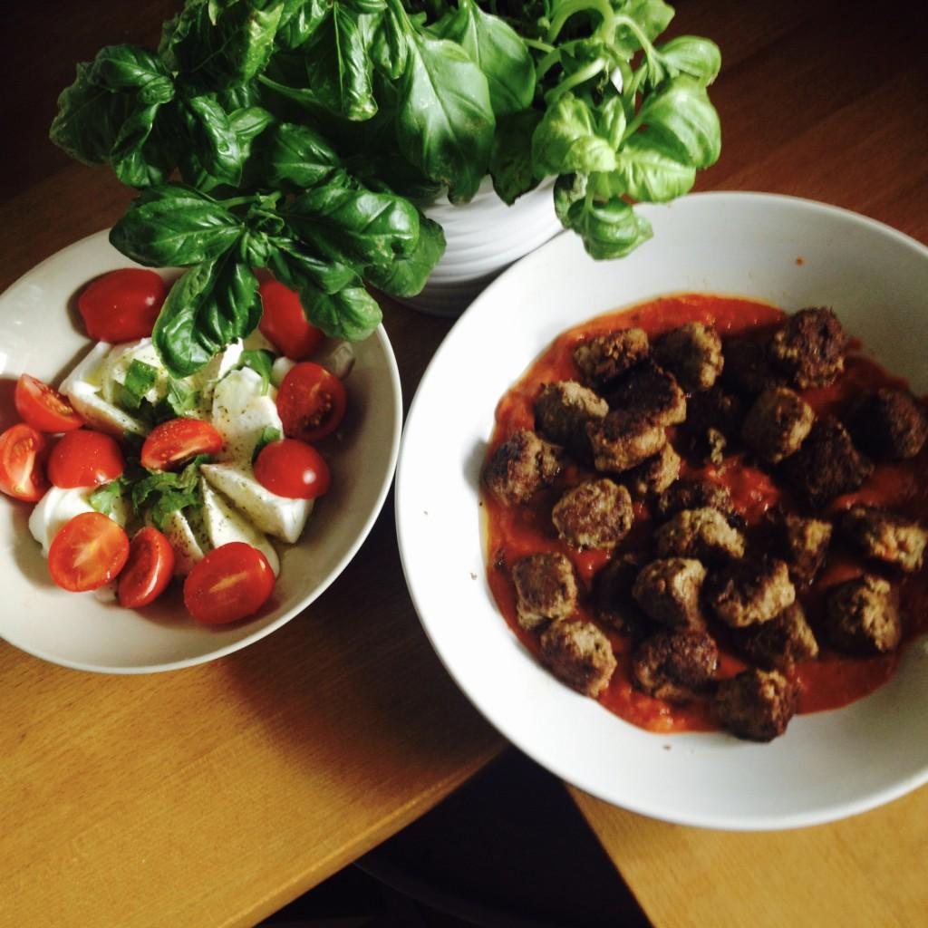 Tomate-Büffelmozzarella-Salat, dazu köttbullar (Fleischbällchen) in Tomatensugo