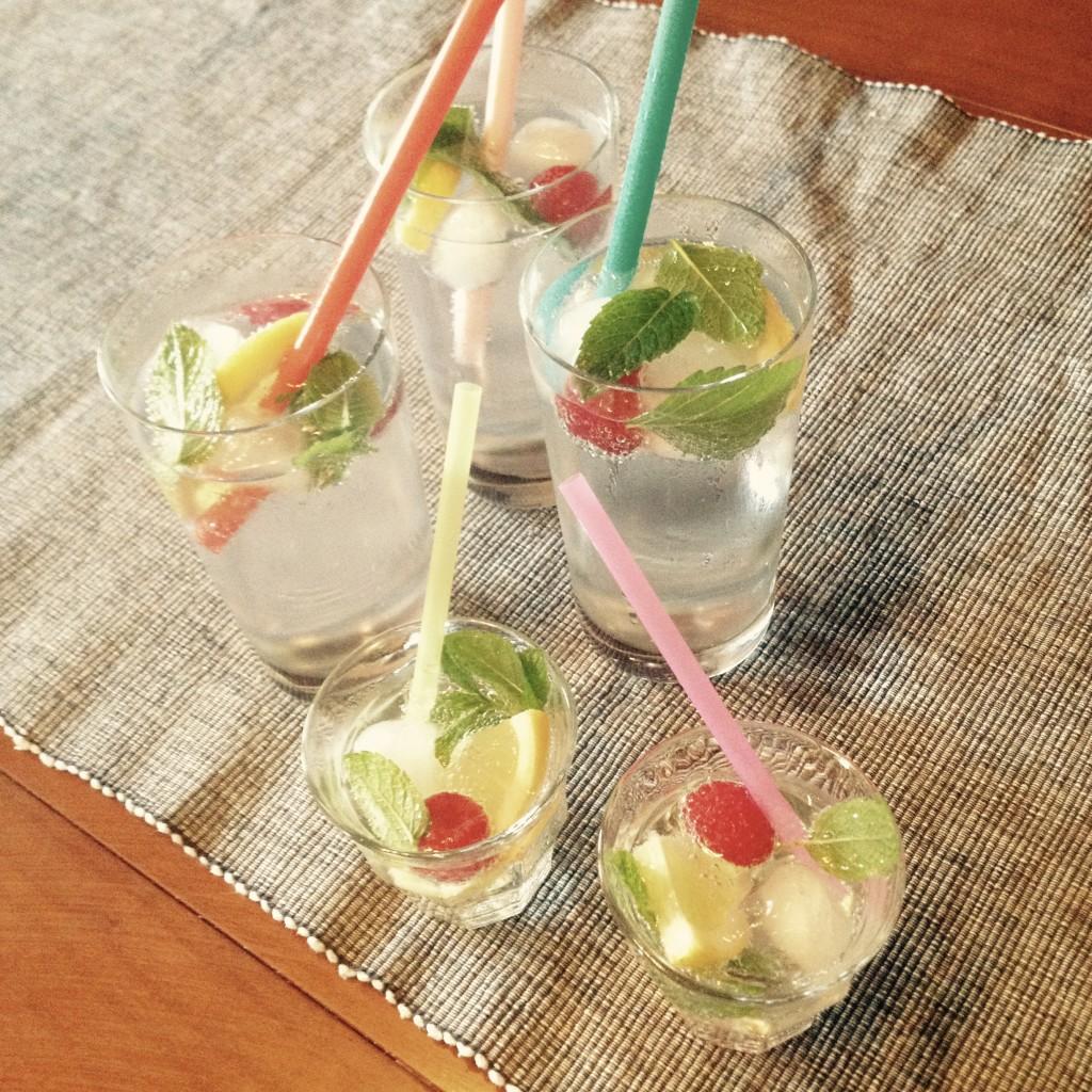 Zitronenwasser - hier gepimpt mit Zitronenmelisse und Himbeeren
